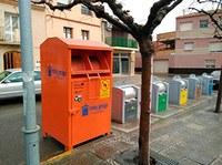 Instal·lació d'un contenidor de roba usada a la Plaça Catalunya