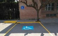 L'Ajuntament habilita places d'aparcament per persones amb disminució