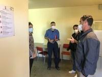 Reunió a l'allotjament de temporers amb representants de sanitat i del cos de bombers